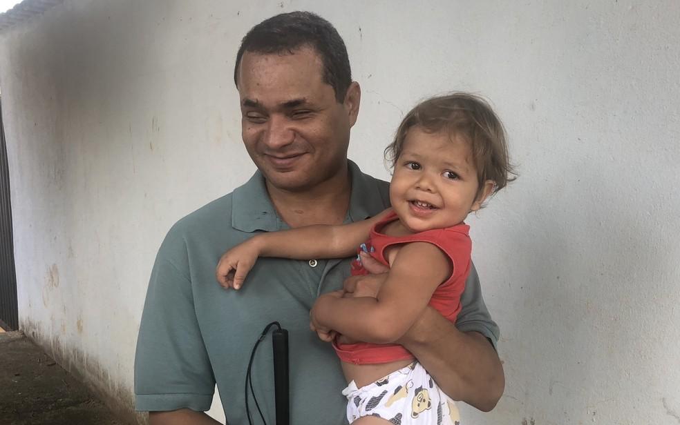 Weder Carvalho e o filho, de 1 ano e 8 meses, estão morando na casa de uma tia enquanto a deles não é reconstruída em Goianira, Goiás — Foto: Paula Resende/ G1