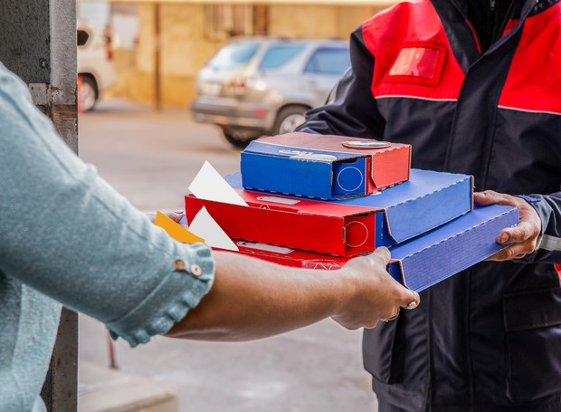 Entregada de pizza por delivery (Foto: azerbaijan_stockers/Freepik)