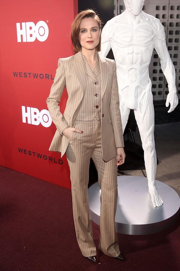 Evan Rachel Wood de Altuzarra, não deixou de fora nem a clássica correntinha do relógio no colete do costume. (Foto: Getty Images)