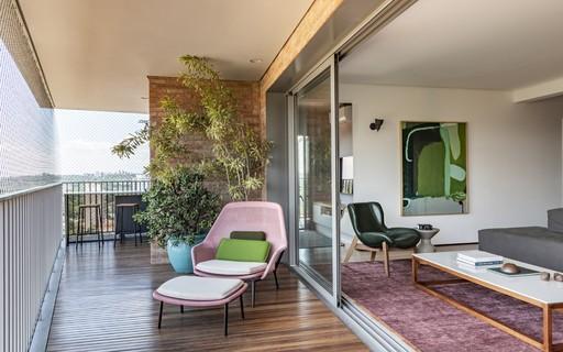 Apartamento tem layout voltado para a varanda e décor contemporâneo