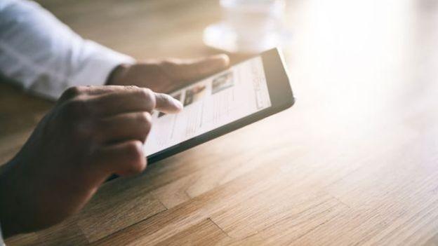 Passar horas lendo comentários ou olhando fotos publicadas em redes sociais não seria possível sem a invenção da rolagem infinita (Foto: iStock)
