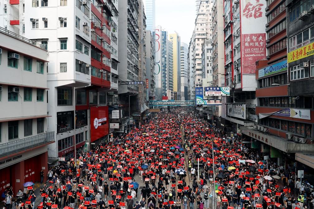 Multidão se reuniu na área comercial de Causeway Bay, em Hong Kong, neste domingo (29). — Foto: Tyrone Siu/Reuters