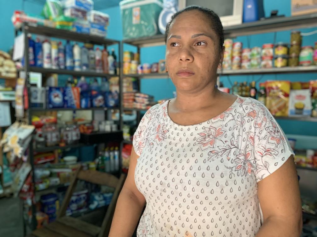 A comerciante Flávia Antônia da Silva acredita que não conseguirá manter o negócio por muito mais tempo — Foto: Raquel Freitas/G1