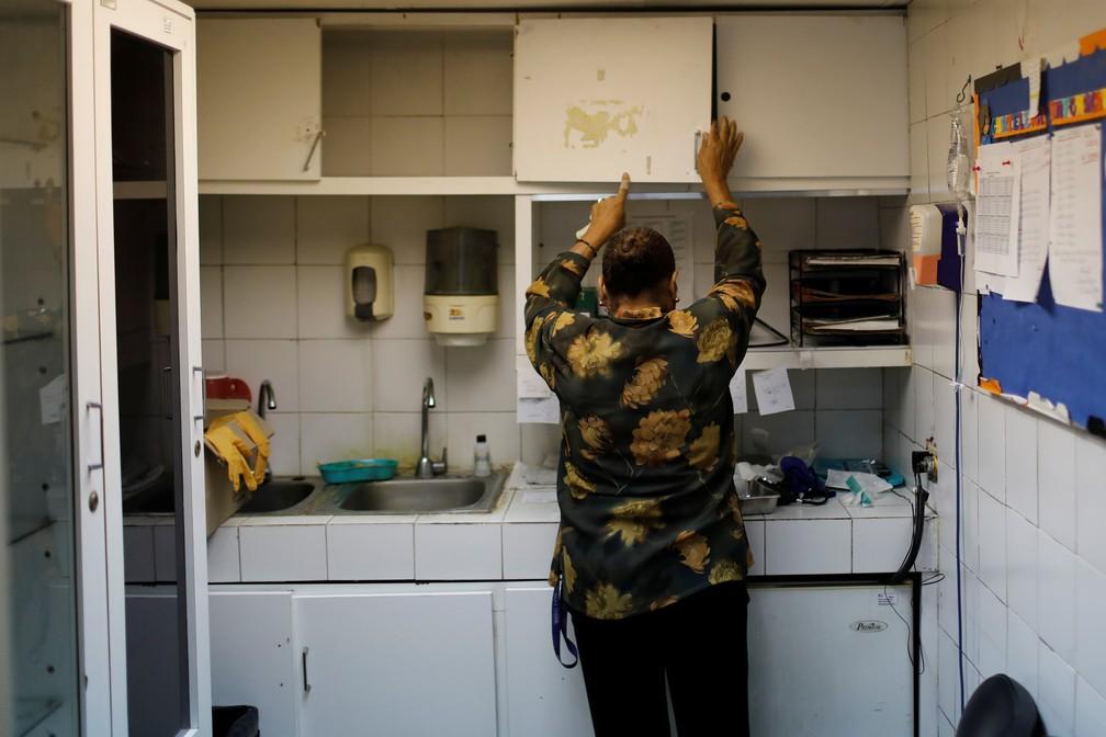 Enfermeira procura por insumos hospitalares em centro de saúde de Caracas atingido por blecaute na Venezuela — Foto: Manaure Quintero/Reuters