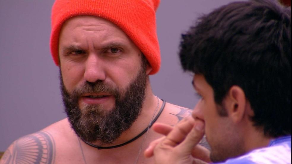 Caruso se explica para Lucas (Foto: TV Globo)