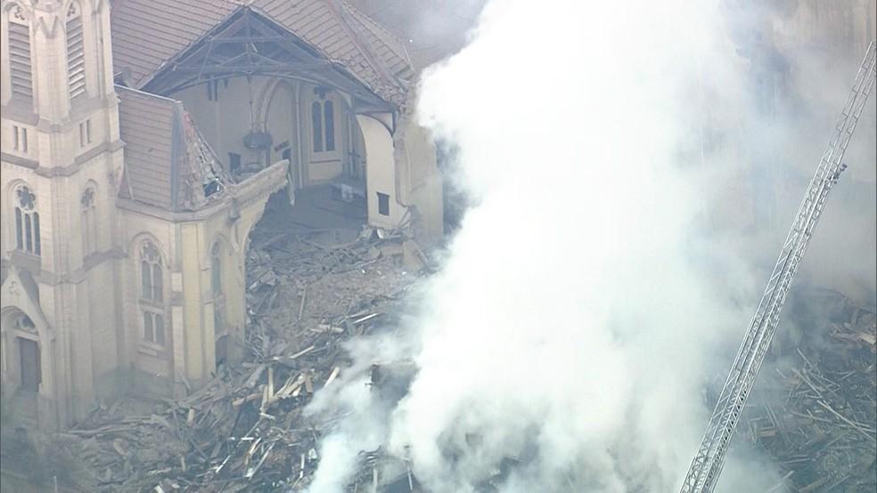Igreja Evangélica Luterana também desabou em parte após ser atingida pelos escombros (Foto: Reprodução/TV Globo)