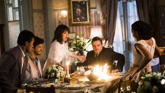 Novela 'Tempo de Amar': Lucinda se assusta com fogo durante jantar