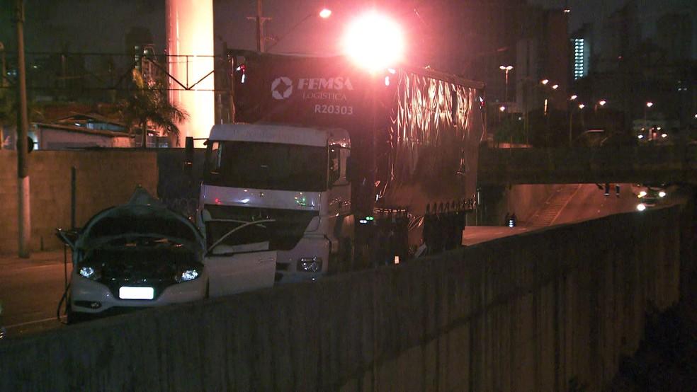 Caminhão e carro se envolveram em acidente no Centro de SP (Foto: Reprodução/TV Globo)