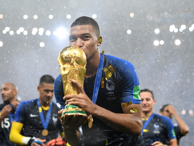 MOSCOW, RUSSIA - JULY 15:  Kylian Mbappe of France celebrates with the World Cup trophy following the 2018 FIFA World Cup Final between France and Croatia at Luzhniki Stadium on July 15, 2018 in Moscow, Russia.  (Photo by Matthias Hangst/Getty Images) (Foto: Getty Images)