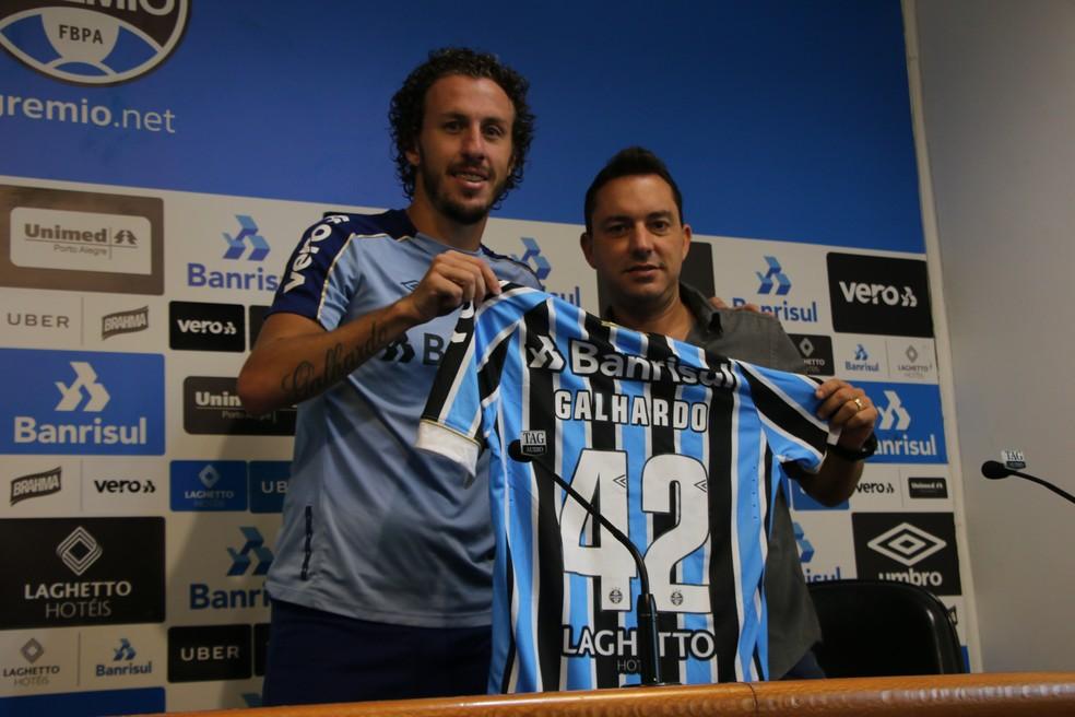 Rafael Galhardo foi apresentado com a camisa 42 — Foto: Matheus Beck
