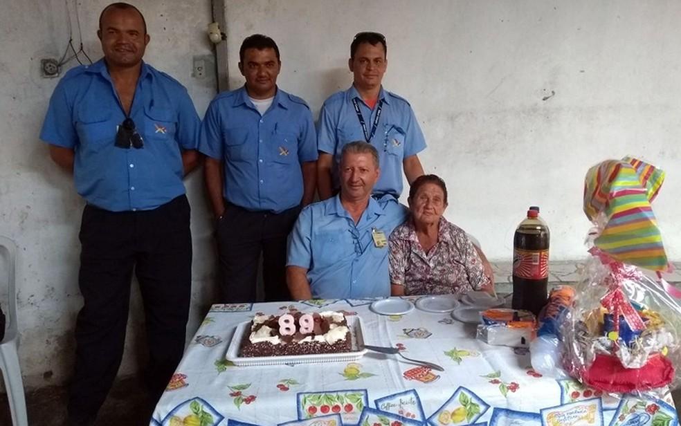 A enfermeira aposentada Maria Barbosa Caraca e os motoristas que organizaram a festa dela, em Campinas  (Foto: Pedro Spadoni/G1)