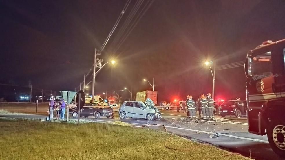Pista precisou ser interditada para o resgate das vítimas do acidente em Botucatu — Foto: Flávio Fogueral/Notícias Botucatu
