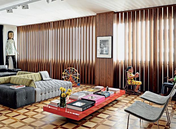 O design reto do mobiliário da casa de Paulo Borges, diretor da São Paulo Fashion Week, foi enriquecido por peças de artesanato, como o boneco de madeira Mulher, do sergipano Cícero Alves dos Santos e o Casal na Cadeira de Balanço, do alagoano Nilson (Foto: Marcelo Magnani/Casa e Jardim)