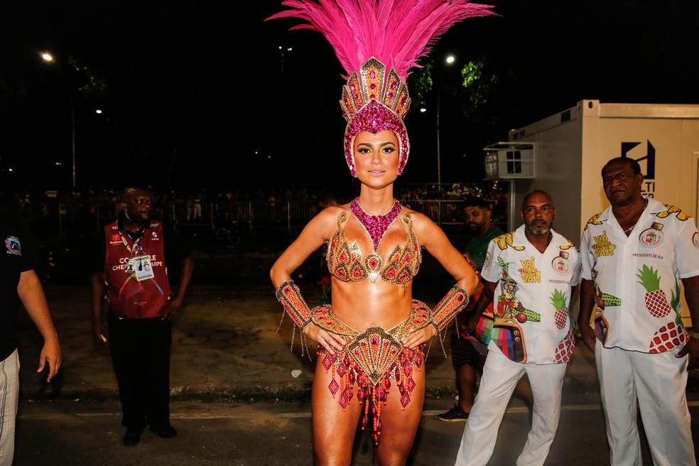 Thaila Ayala, da Grande Rio, chega à concentração da Sapucaí (Foto: Marcos Serra Lima/G1)