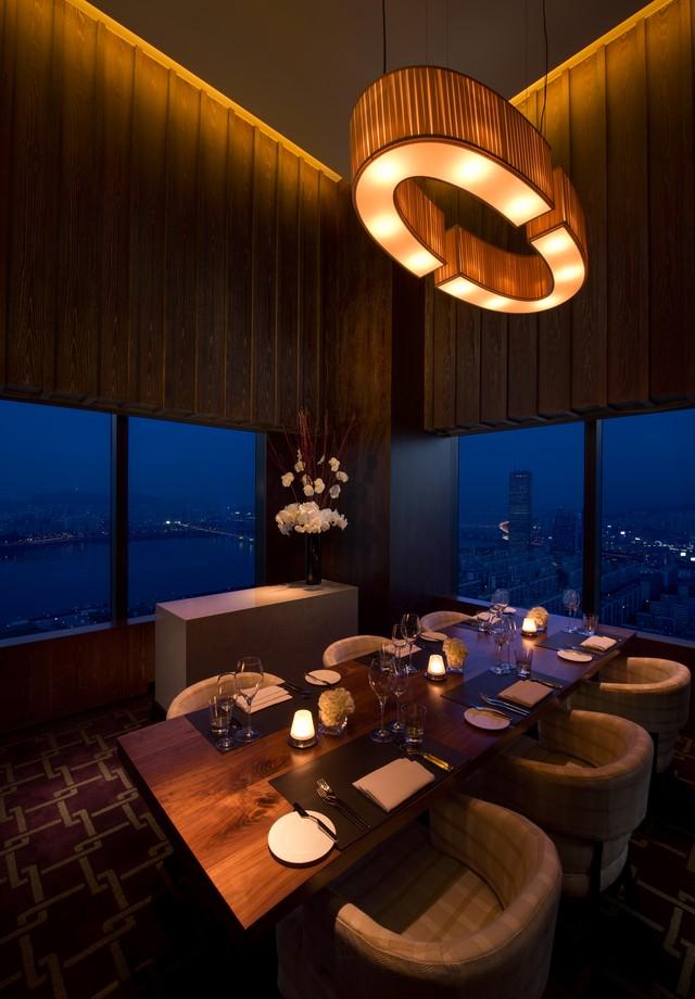 Restaurante 37 Grill & Bar, que fica no 37º andar do prédio (Foto: Divulgação)