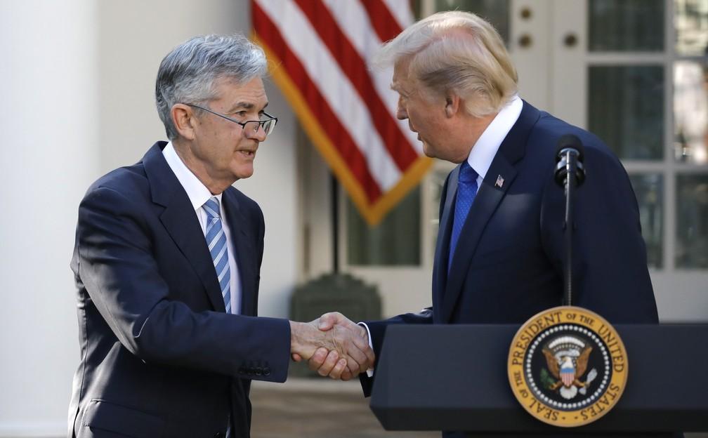 Trump cumprimenta Jerome Powell, escolhido para assumir a presidência do Fed (Foto: Reuters)