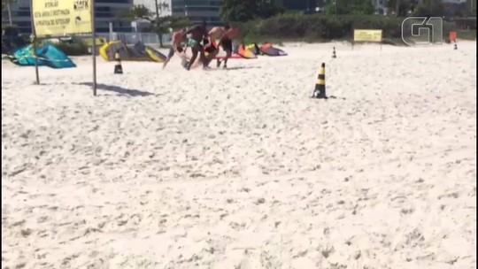 Três homens são atendidos pelos bombeiros após ataque de enxame de abelhas na Praia da Barra da Tijuca