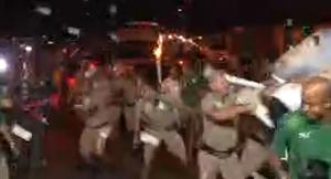 Manifestante tenta apagar a Tocha Olímpica em Campo Grande (Foto: Reprodução)