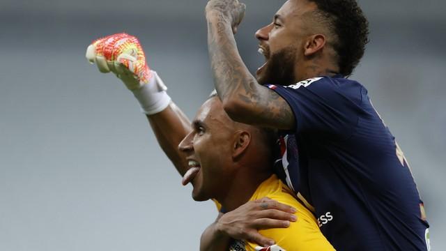 Neymar e Keylor Navas comemoram título do PSG na Copa da Liga Francesa