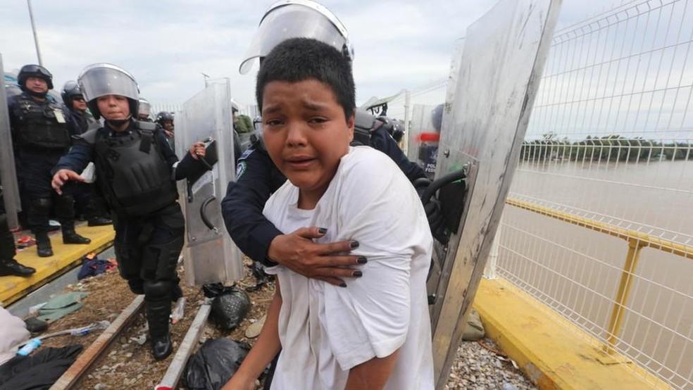 Mario Castellanos tentou cruzar a fronteira, mas foi impedido por policiais mexicanos — Foto: JORGE CARBALLO/MILENIO DIARIO/BBC