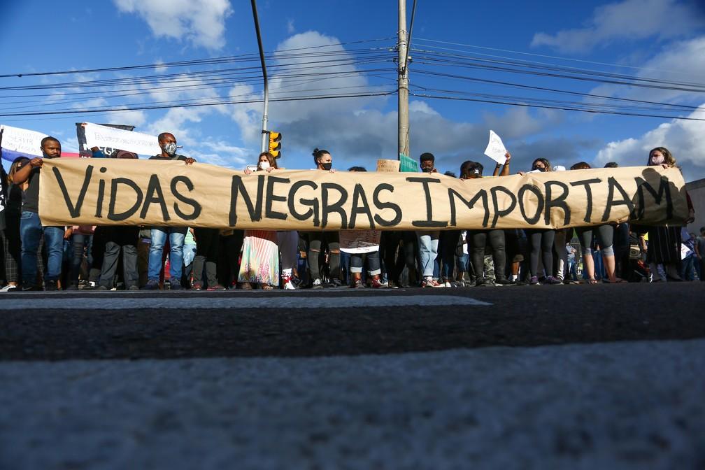 Protesto nesta sexta-feira (20) em Porto Alegre após a morte de João Alberto. — Foto: RICHARD DUCKER/FRAMEPHOTO/FRAMEPHOTO/ESTADÃO CONTEÚDO