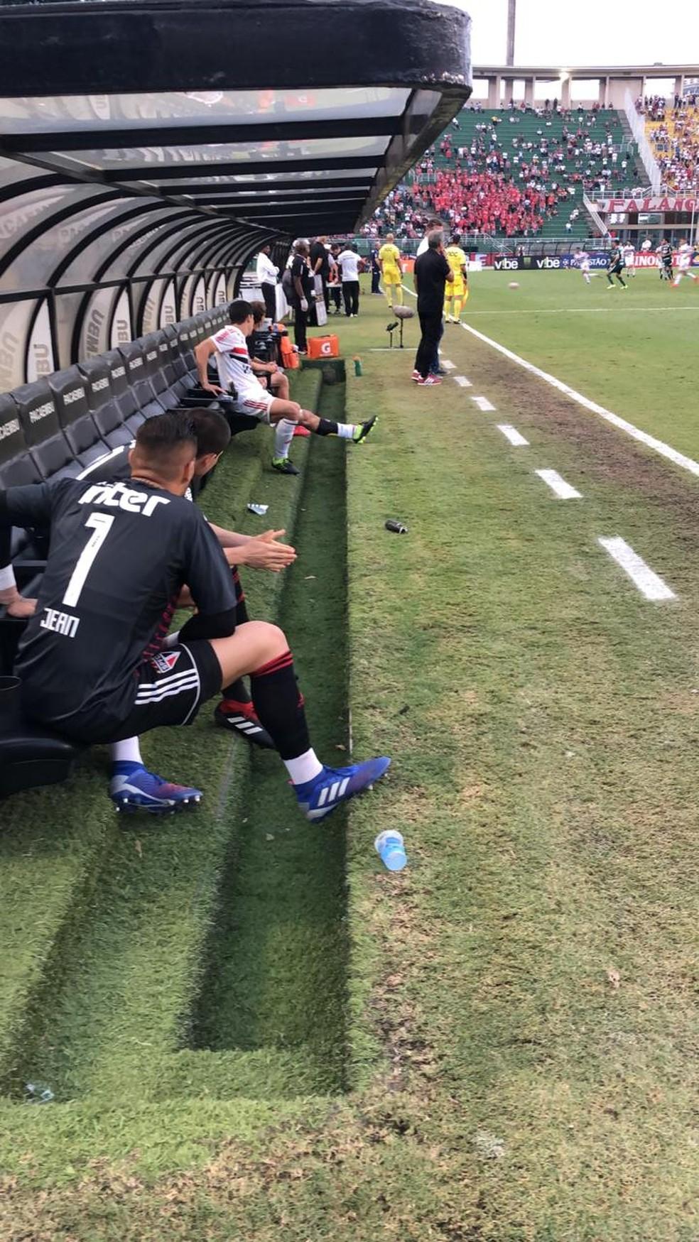 Hernanes fazendo tratamento no banco durante a derrota do São Paulo para o Palmeiras — Foto: Flavio Florido/BP Filmes