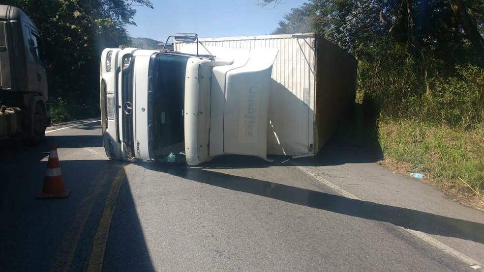 Caminhão tomba na SP-52 em Cruzeiro — Foto: Divulgação/ Polícia Rodoviária Estadual
