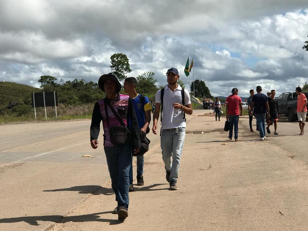 Venezuelanos cruzam a fronteira com o Brasil após decisão reabrir acesso entre os dois países (Foto: Inaê Brandão/G1 RR)