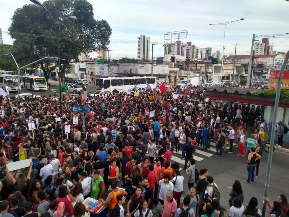 Estudantes e servidores do IFRN e UFRN protestam contra cortes no orçamento das instituições — Foto: Rafael Barbosa/G1