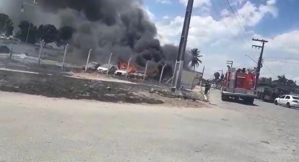 Veículos apreendidos pela Polícia Militar foram destruídos por incêndio na manhã desta terça (2), em Goiana (Foto: Reprodução/WhatsApp)