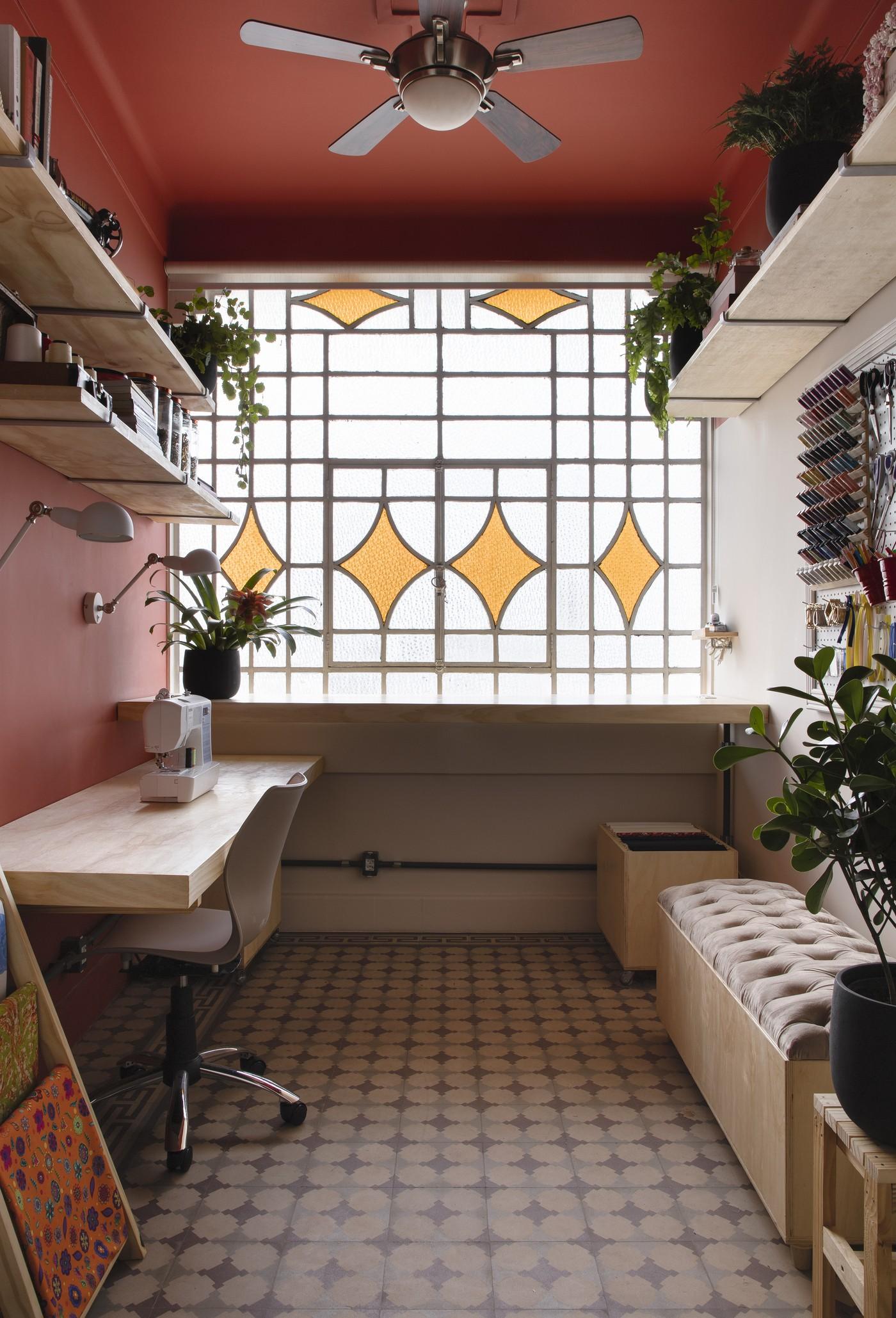 Décor do dia: ateliê de costura com parede colorida e clima vintage (Foto: Carolina Mossin)