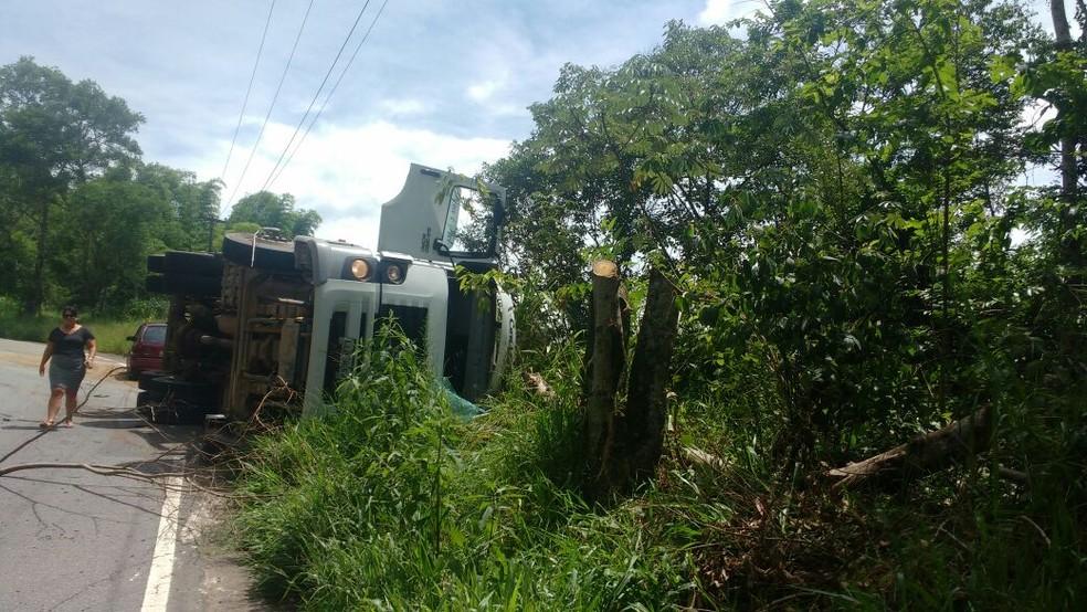 Motorista e passageiro ficaram levemente feridos em acidente em Volta Redonda (Foto: Josiane da Fonseca Souza/Arquivo Pessoal)