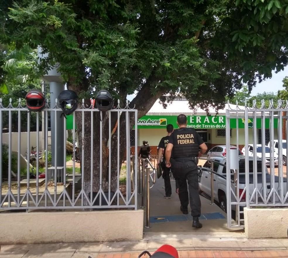 PF-AC cumpriu oito mandados de prisão em órgão do governo durante operação que apura compra de votos — Foto: Divulgação/PF-AC