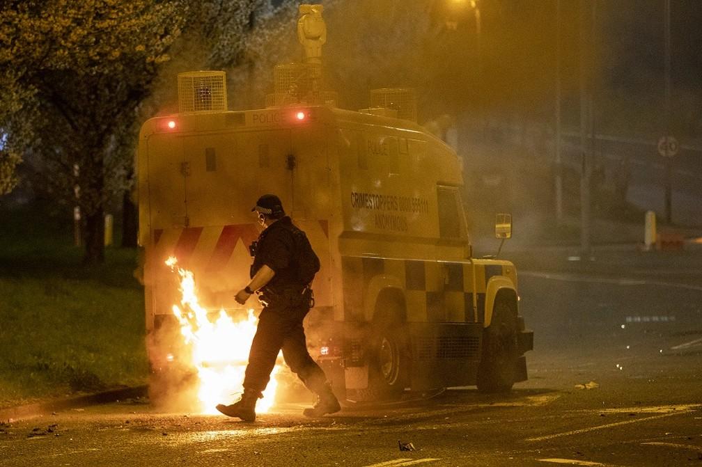 Foto de 3 de abril mostra veículo de polícia incendiado em Belfast, capital da Irlanda do Norte — Foto: Paul Faith/AFP