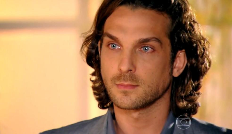 Alberto (Igor Rickli) tenta provar a Ester (Grazi Massafera) que Cassiano (Henri Castelli) é um bandido - 'Flor do Caribe' — Foto: Globo