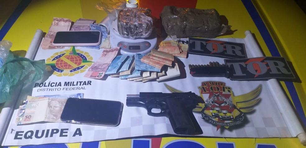 Arma, drogas, munição e dinheiro apreendidos com mulher que furou blitz no DF — Foto: PMDF/Divulgação