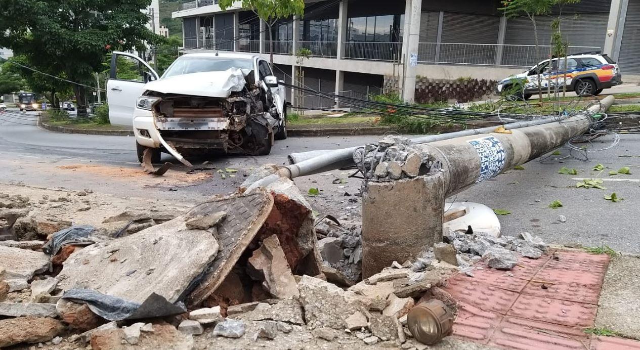 Motorista suspeito de embriaguez bate caminhonete e derruba poste na Mário Werneck, em BH