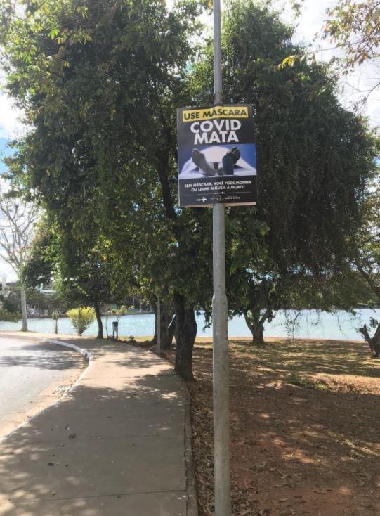 Em campanha contra a Covid-19, Prefeitura de Lagoa Santa espalha cartazes com fotos para 'chocar', mostrando corpos e caixões