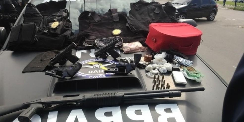 Presos estavam com armas de grosso calibre e distintivos da Polícia Civil (Foto: SSPDS/Divulgação)