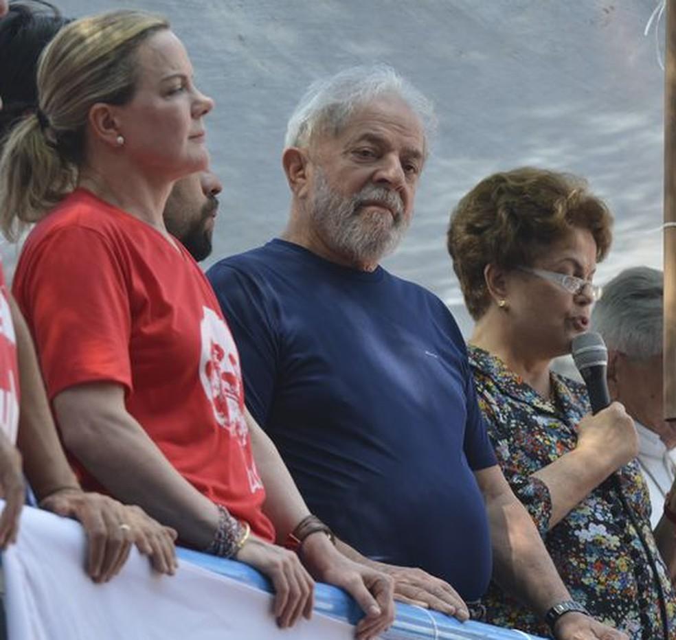 O ex-presidente Luiz Inácio Lula da Silva, ao lado da presidente do PT, senadora Gleisi Hoffmann (esq.) e da ex-presidente Dilma Rousseff, durante ato em São Bernardo no último dia 7 de abril (Foto: Rovena Rosa / Agência Brasil)