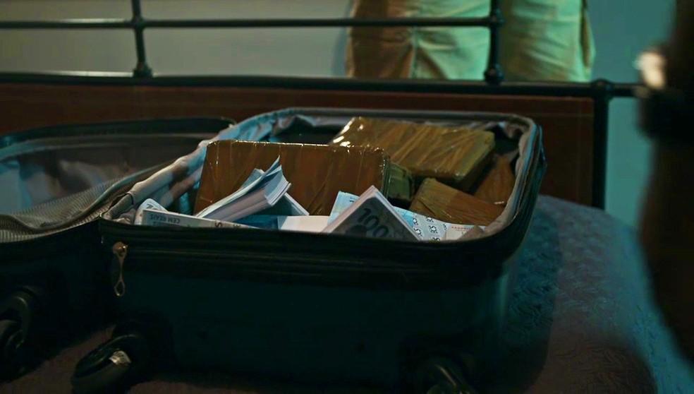Polícia encontra mala de dinheiro no apartamento de Almeidinha (Danton Mello) — Foto: Globo