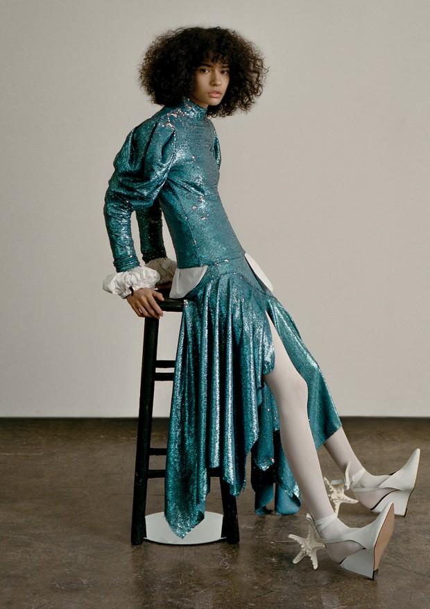 Fernanda Oliveira usa vestido e sapatos, ambos Morena Rosa. Meias, Wolford (Foto: Zee Nunes)
