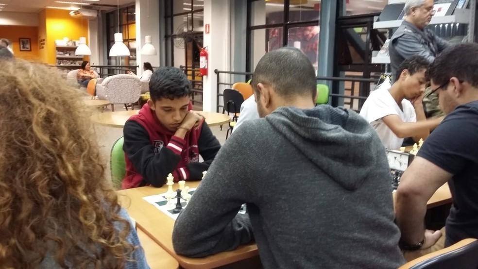 O estudante Rauny durante competição de xadrex — Foto: Arquivo Pessoal/Divulgação