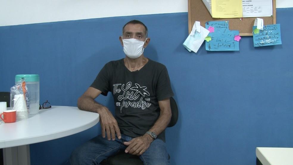 Carlos Renato encontra dificuldade para encontrar trabalho por causa da idade — Foto: Cristina Boeckel/ G1