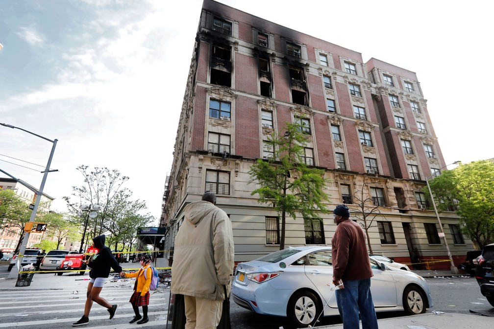 Incêndio danificou prédio no bairro de Harlem, em Nova York, nesta quarta-feira (8). Seis morreram  — Foto: Richard Drew/ AP