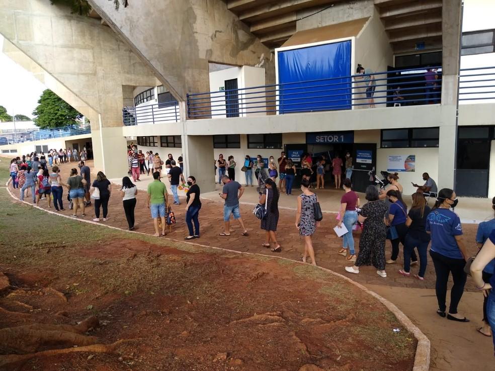 Longa fila se formou no ginásio Guanandizão neste domingo (6) para a imunização da lactantes contra a Covid-19 — Foto: Robson de Souza/TV Morena