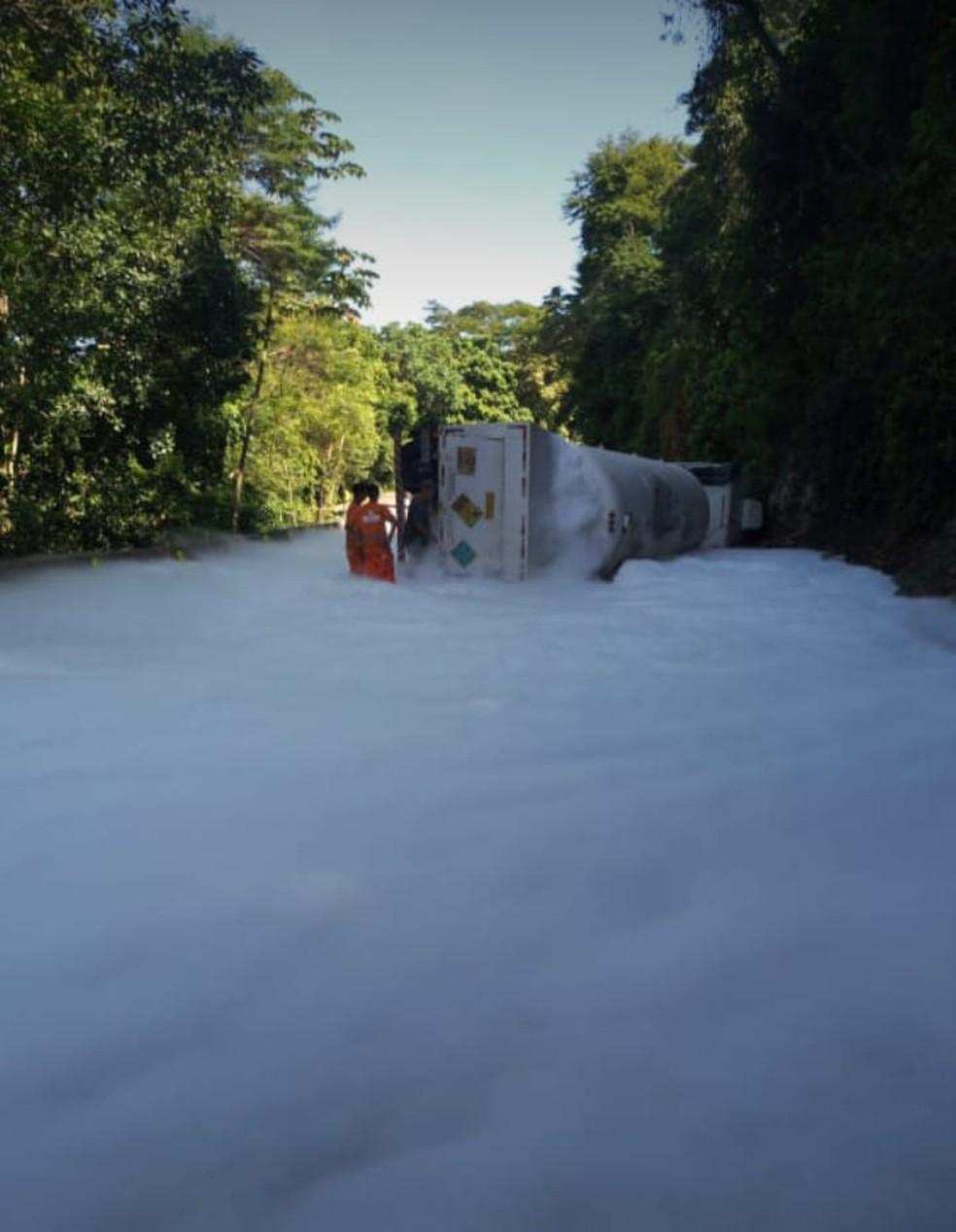 Caminhou tombou e deixou subida da Serra de Petrópolis interditada nesta segunda-feira (22) — Foto: Reprodução/Redes sociais