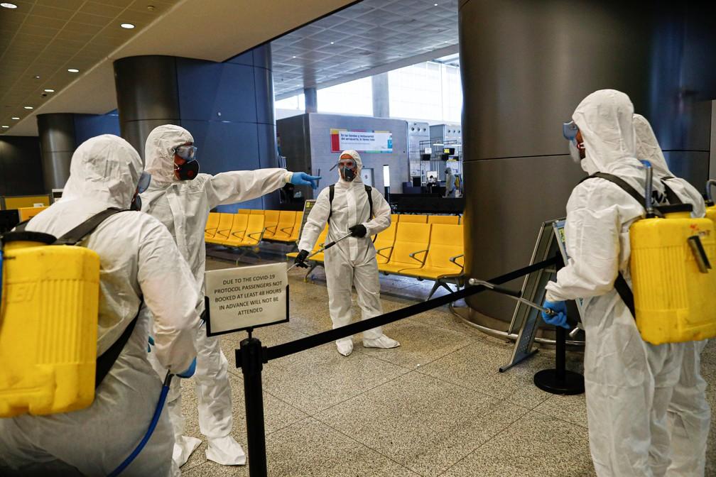 Em Málaga, na Espanha, funcionários desinfetam um aeroporto, em 16 de março de 2020 — Foto: Jon Nazca/Reuters