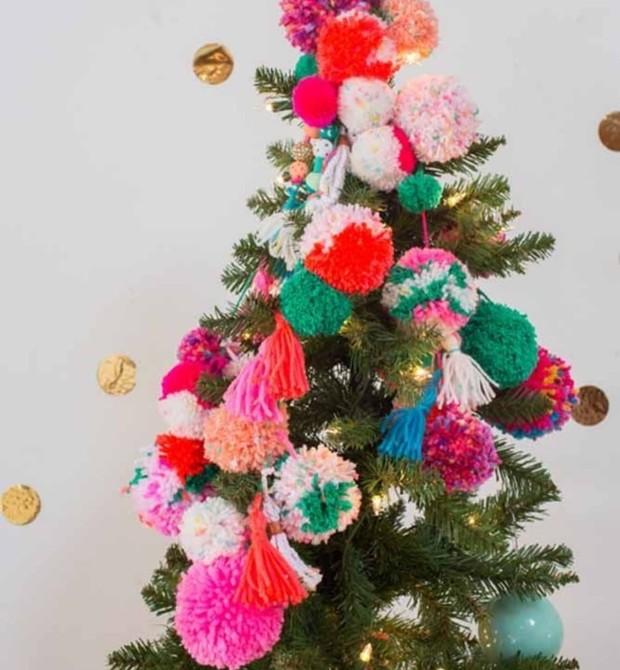 Que tal enfeitar a árvore com bolinhas de lã? (Foto: Jöyce Soares)
