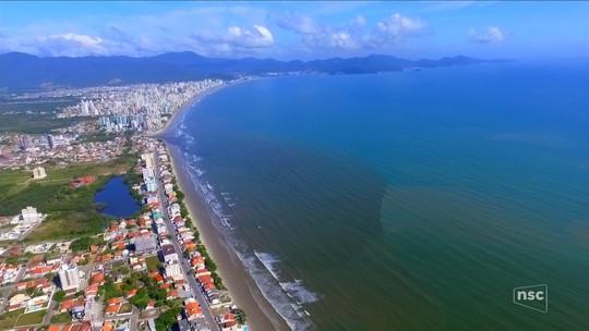 Mancha escura volta a aparecer no mar entre Itapema e Porto Belo